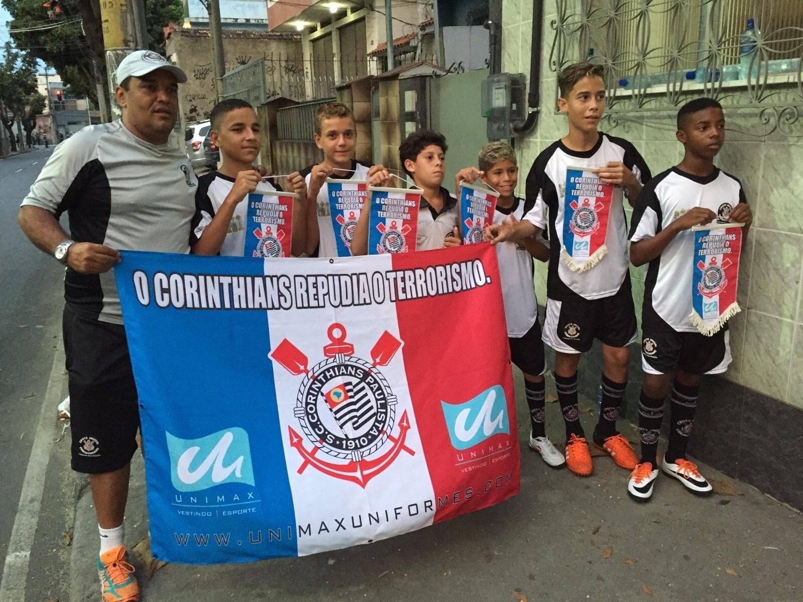Atletas de escolinha de base do Corinthians, localizada em Belfort Roxo (RJ), se preparam para o jogo contra o Vasco em São Januário. Com ele, uma faixa na qual se lê: