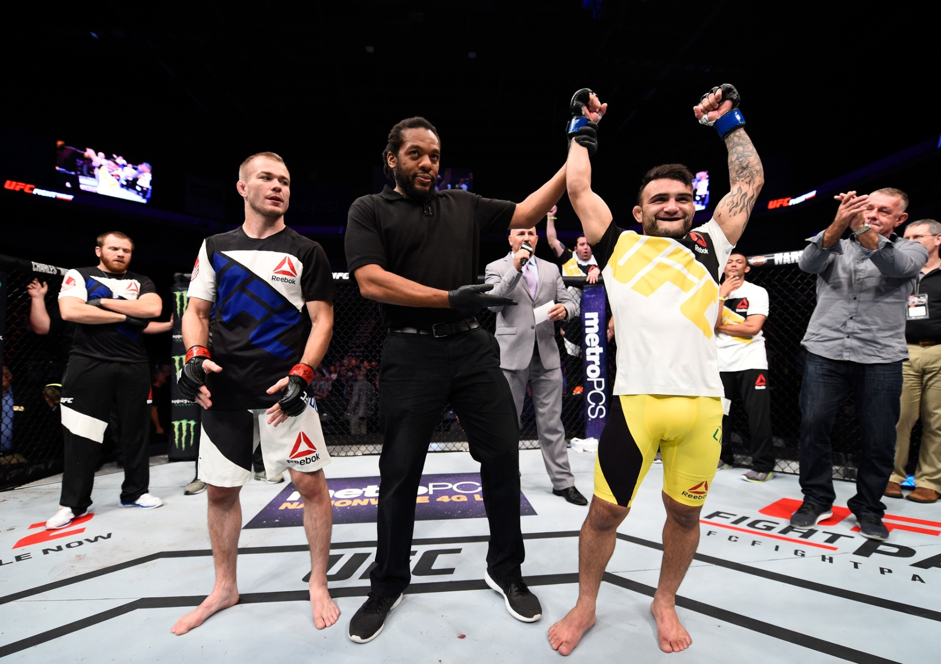 John Lineker comemora vitória sobre Michael McDonald, no UFC Fight Night