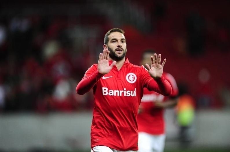 Lisandro Lopez celebra após marcar para o Internacional contra o Vasco