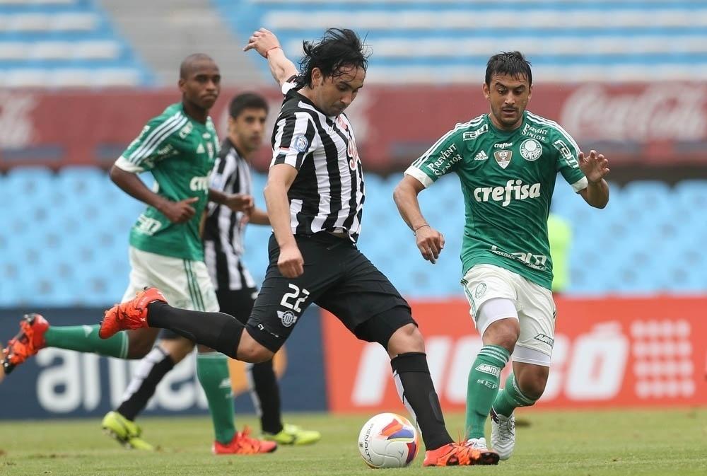 Robinho observa movimentação do adversário em lance do confronto entre Palmeiras e Libertad