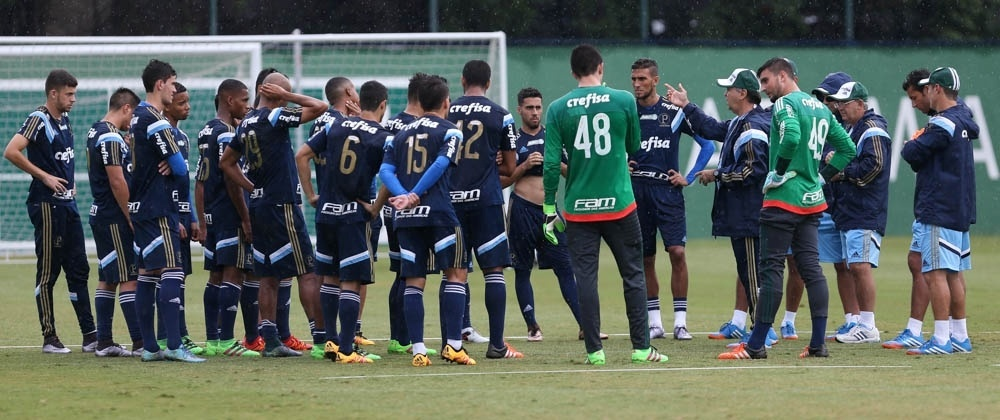 Marcelo Oliveira conversa com o elenco durante treinamento, na Academia de Futebol do Palmeiras