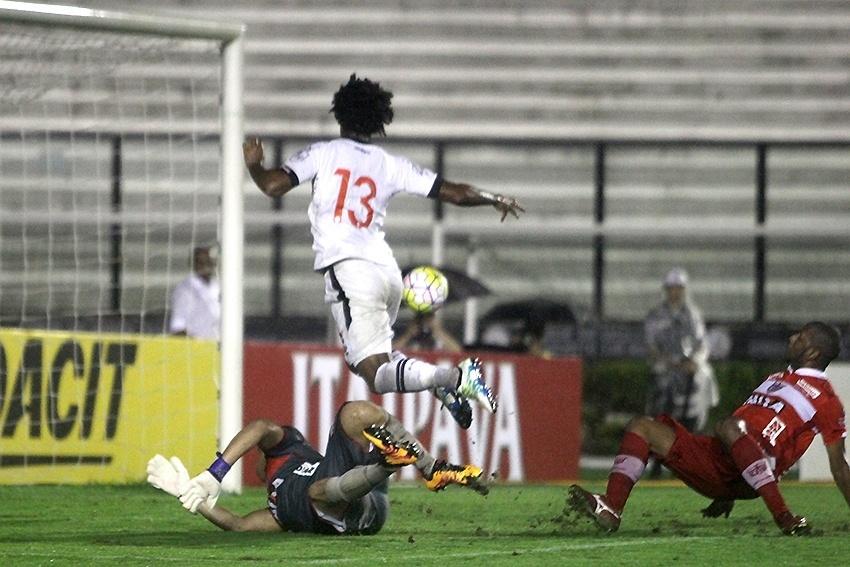 Rafael Vaz finaliza para empatar para o Vasco contra o CRB na Copa do BR