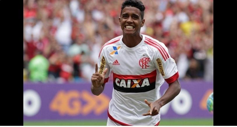 Gabriel comemora o segundo gol do Flamengo na vitória sobre o Joinville no Maracanã