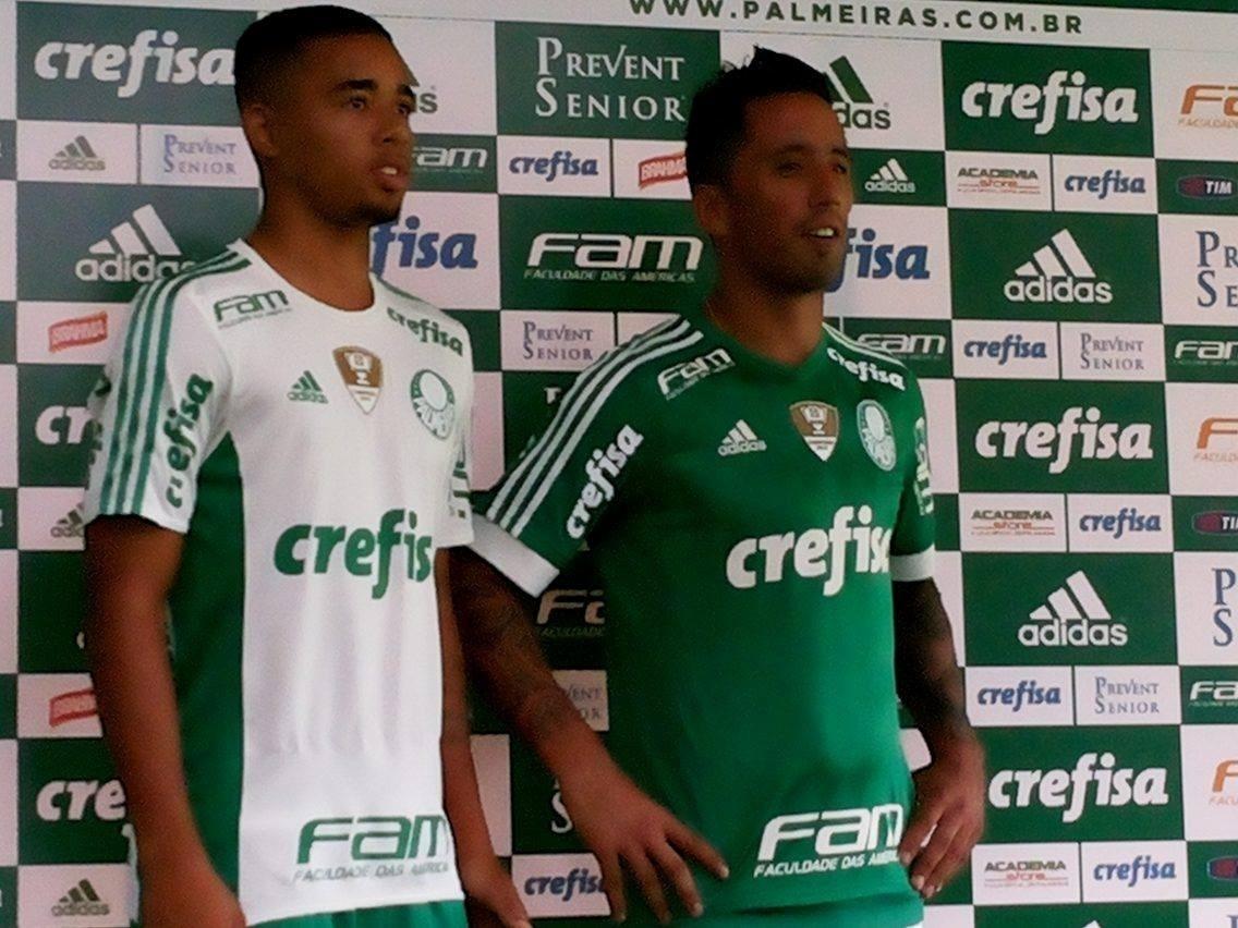 Gabriel Jesus e Barrios posam com a nova camisa do Palmeiras
