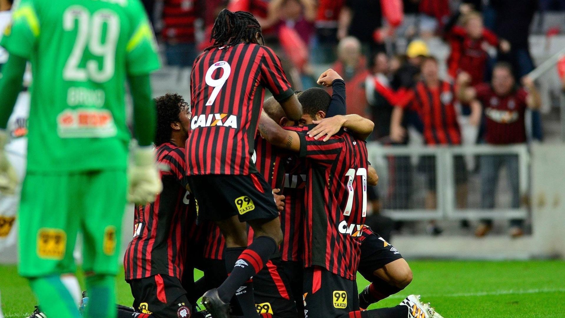 Jogadores do Atlético-PR comemoram gol de Walter diante do Coritiba