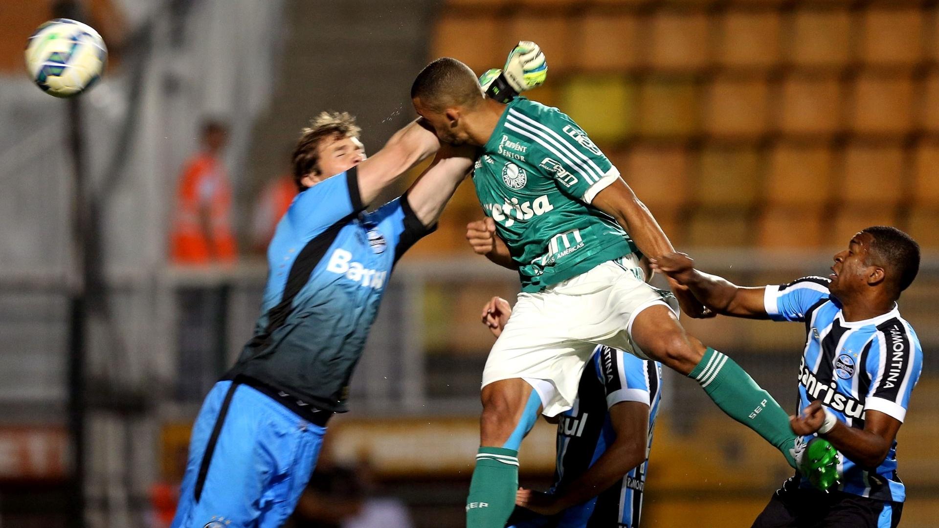 Vitor Hugo cabeceia e abre o placar para o Palmeiras contra o Grêmio pelo Campeonato Brasileiro