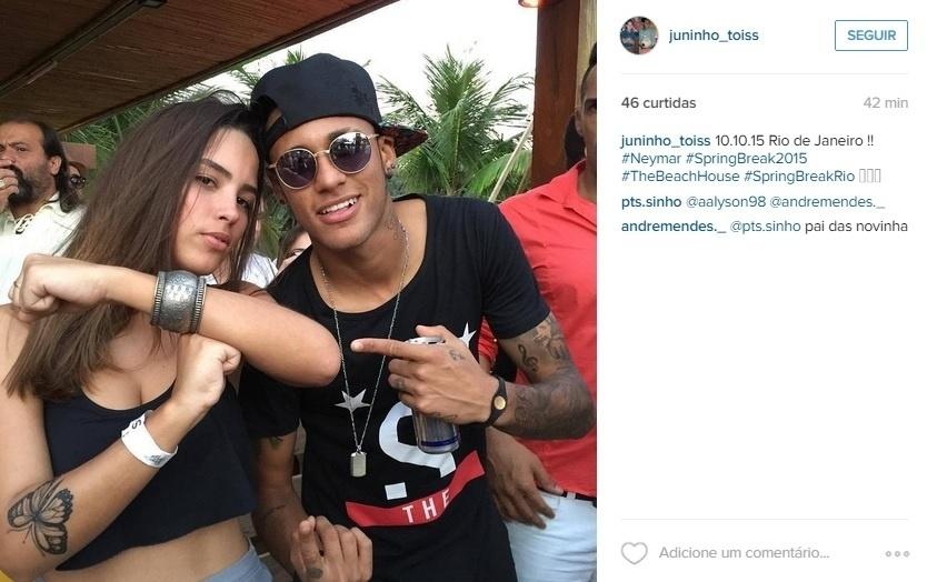 Neymar é tietado e posa com fã no Rio de Janeiro
