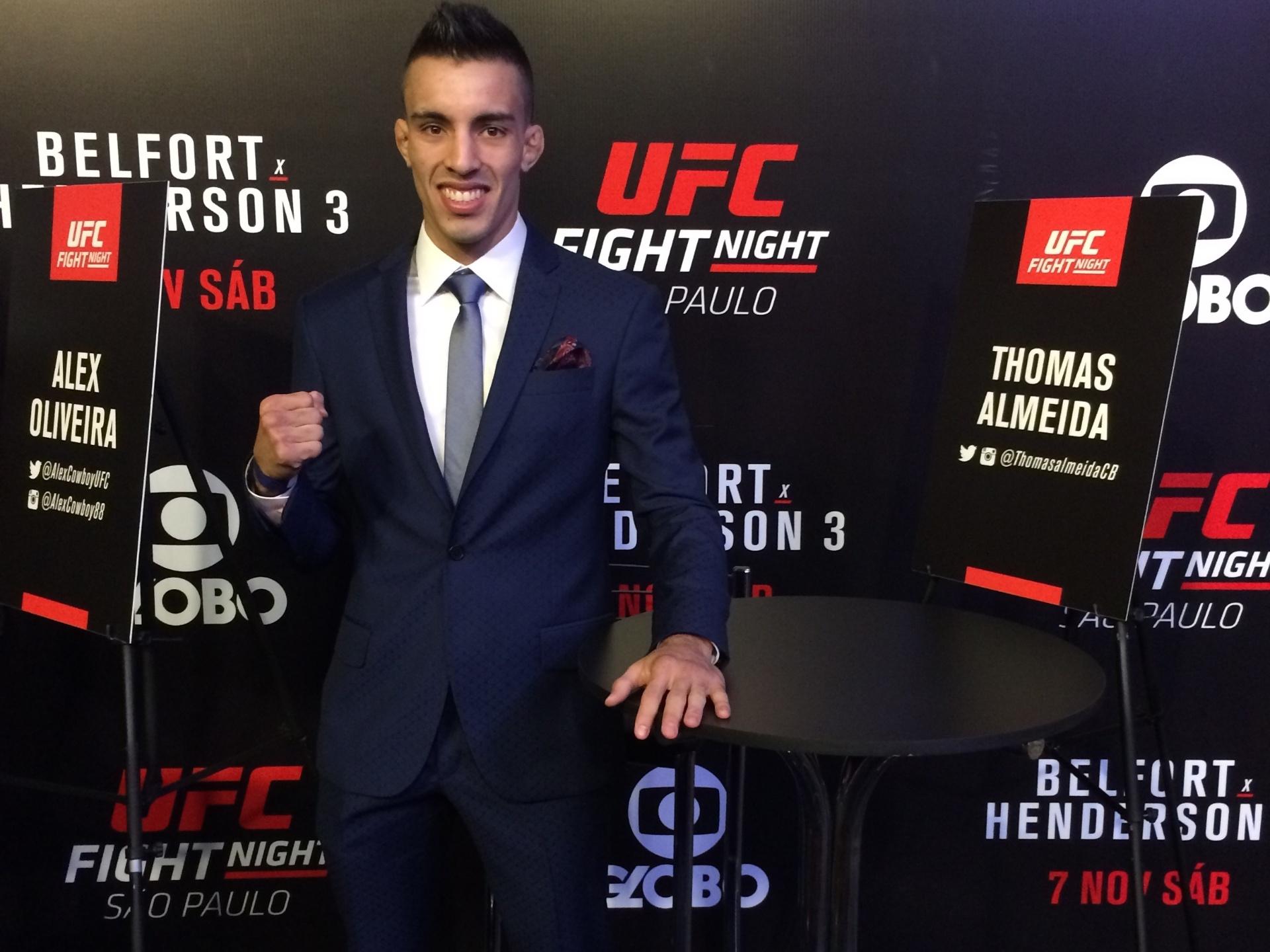 Thomas Almeida veste terno da grife Ricardo Almeida, em evento de mídia do UFC, nesta quinta-feira (5), em São Paulo