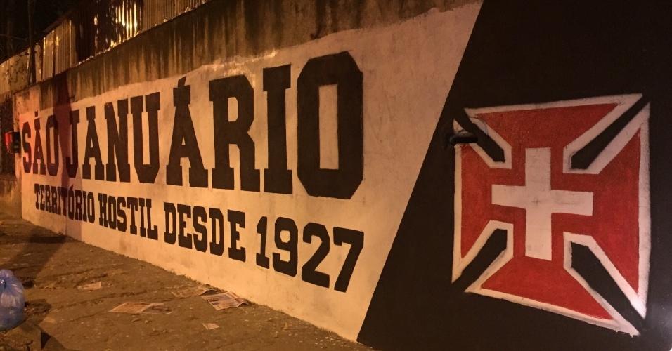 Pintura na parede de São Januário avisa: