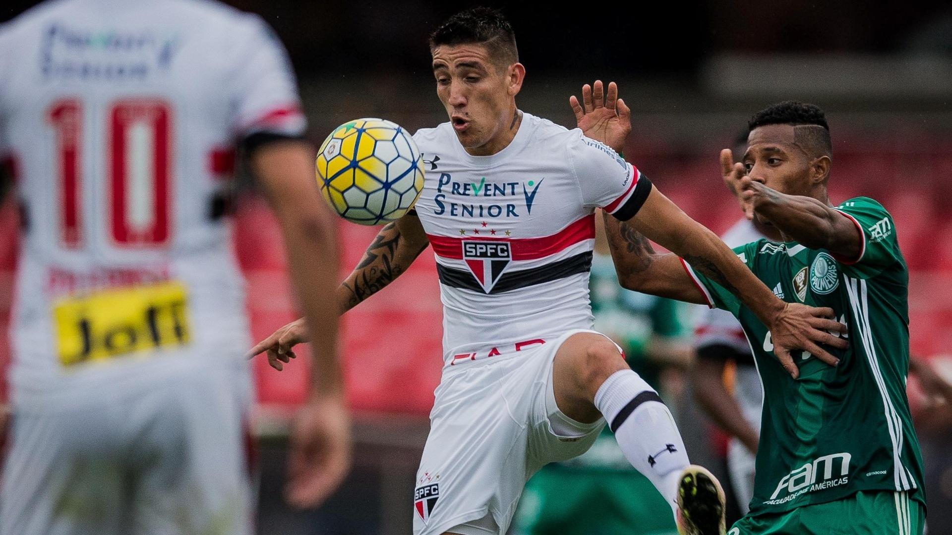 Centurión domina a bola durante a partida entre São Paulo e Palmeiras