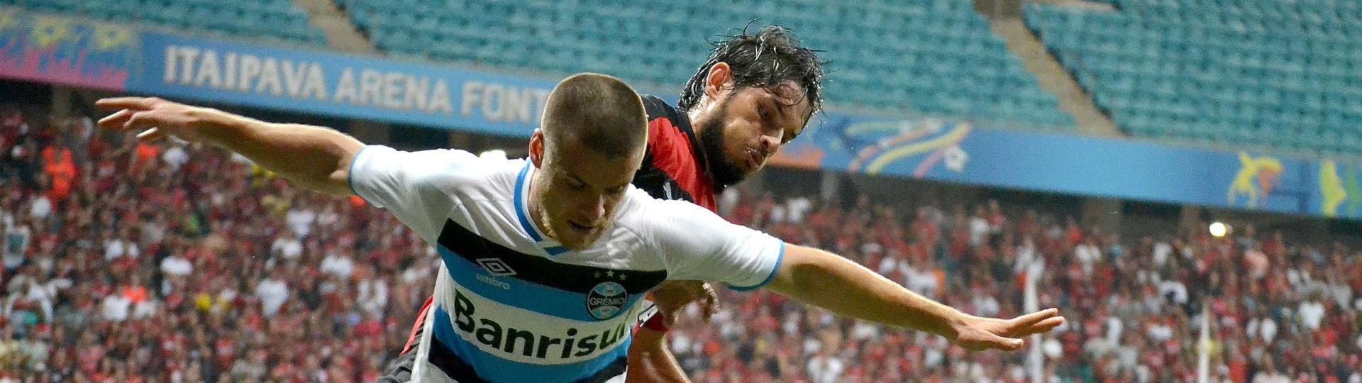 Ramiro, do Grêmio, protege a bola no duelo contra o Vitória