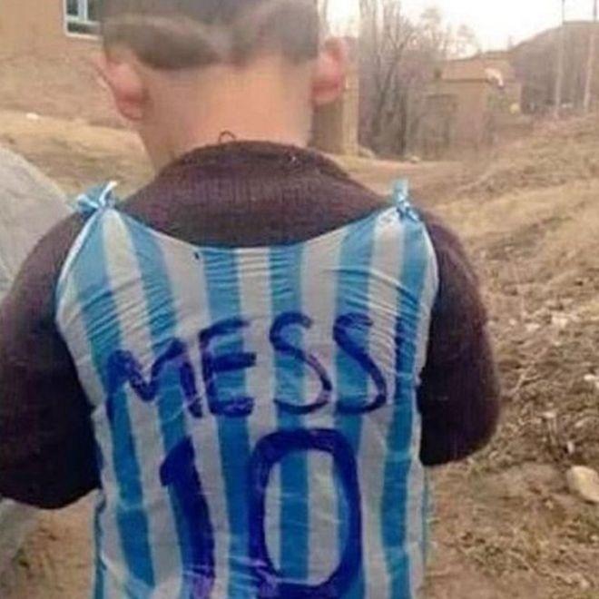 Imagem de garoto com a camisa de Messi viralizou nas redes sociais