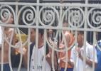 Organizada do Flu protesta com bombas e xingamentos contra Peter e atletas - Bernardo Gentile/UOL