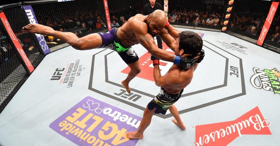 Yoel Romero tenta acertar Lyoto Machida durante a vitória por nocaute no terceiro round