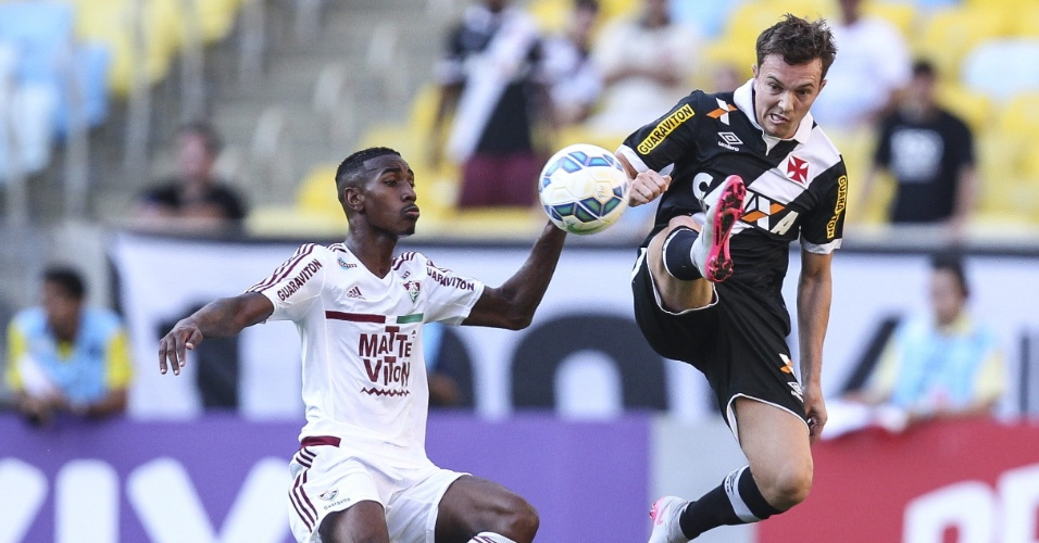 Gerson e Dagoberto em lance da partida Fluminense e Vasco, válida pelo Brasileirão