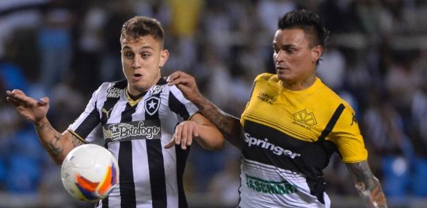 Octávio e Fábio Ferreira disputam bola durante a partida entre Botafogo e Criciúma