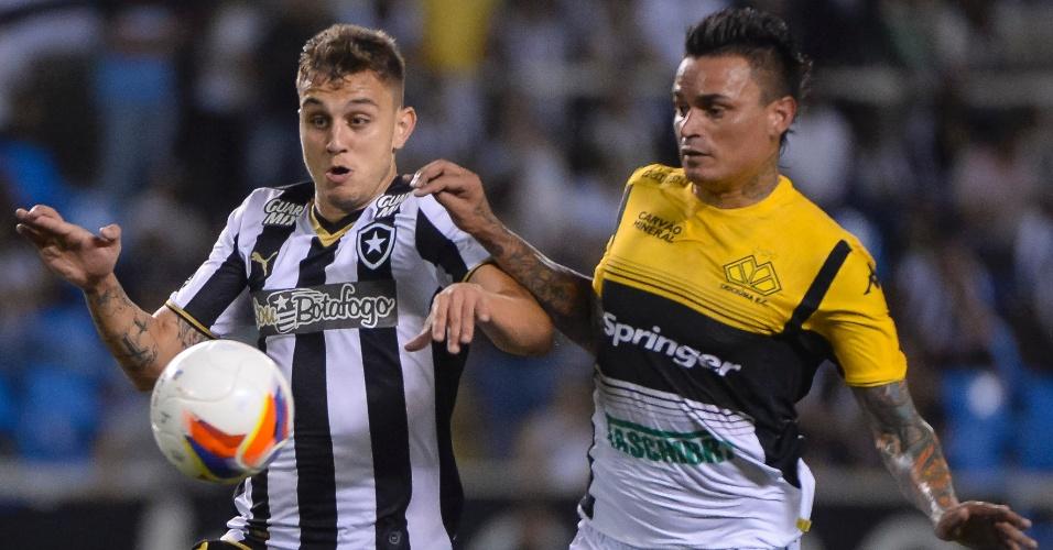 Octávio e Fábio Ferreira disputam a bola durante a partida entre Botafogo e Criciúma, válida pela série B