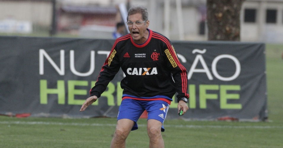 Oswaldo de Oliveira grita com os jogadores em treino do Flamengo no Ninho do Urubu