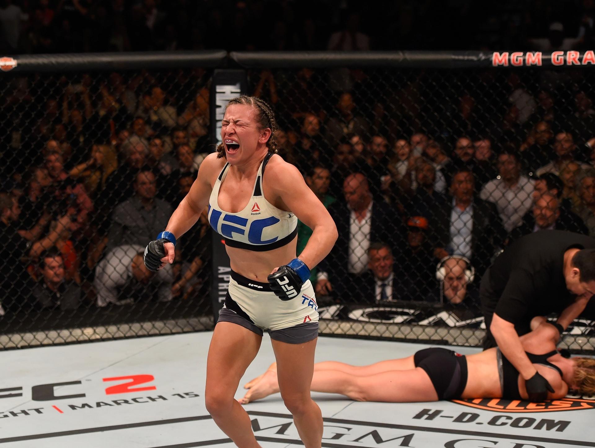Misha Tate comemora vitória após apagar Holm no UFC 196