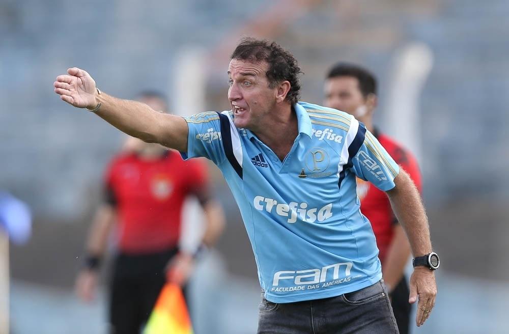 Cuca orienta os jogadores do Palmeiras durante a derrota para o Água Santa