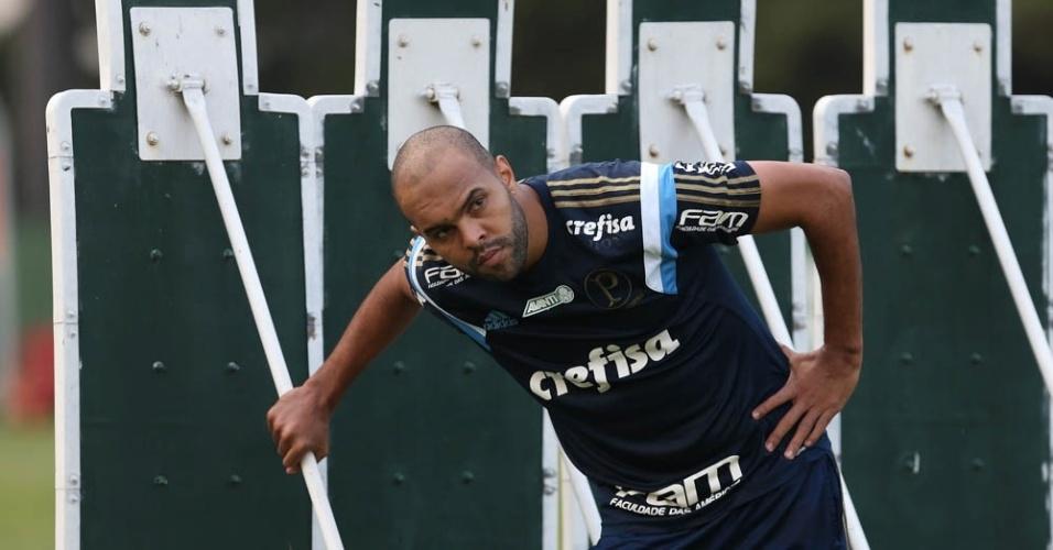 Alecsandro observa posicionamento do goleiro em treino do Palmeiras na Academia de Futebol