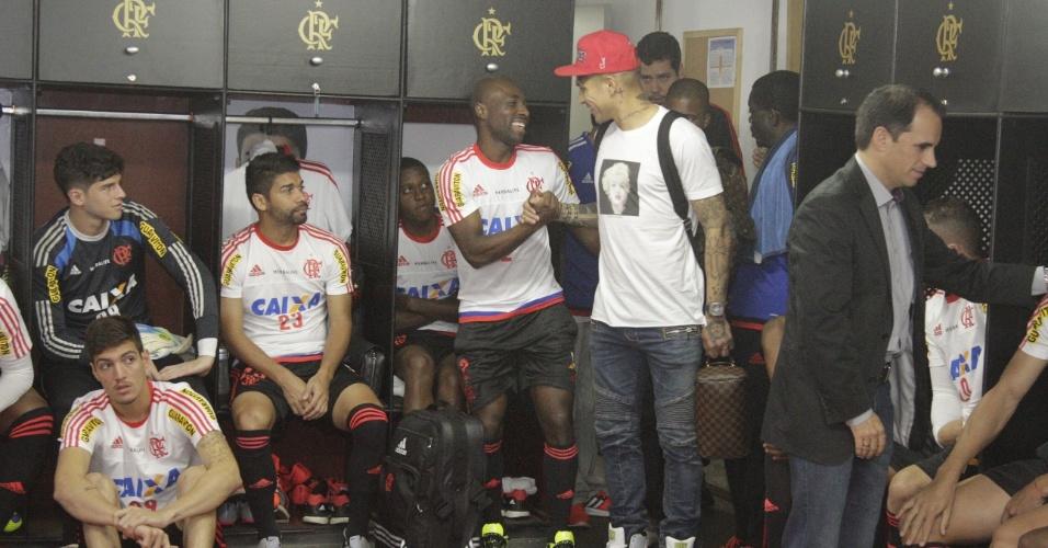 Lateral colombiano Armero sorri em chegada de Guerrero ao vestiário do Flamengo