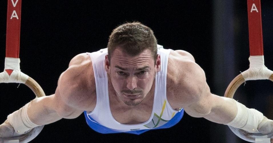 O ginasta brasileiro Arthur Zanetti em ação para a conquista do ouro inédito nas argolas