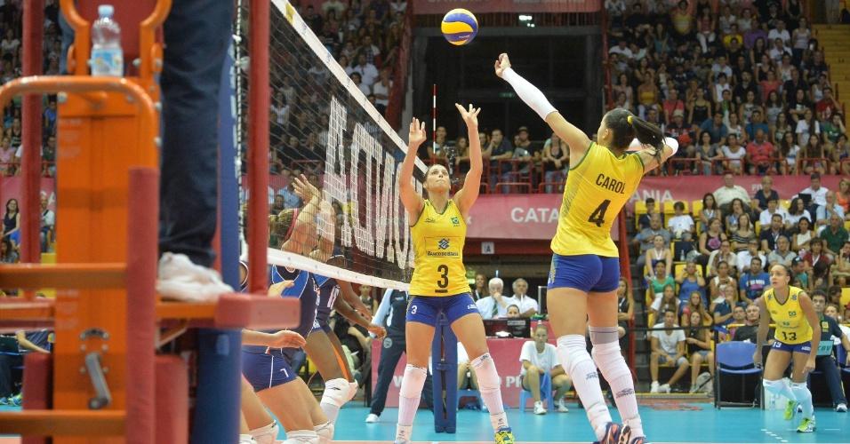 18.jul.2015 - Central Carol sobe para atacar num jogo em que o Brasil venceu a Itália, em Catania, na última partida antes da fase final do Grand Prix de vôlei feminino