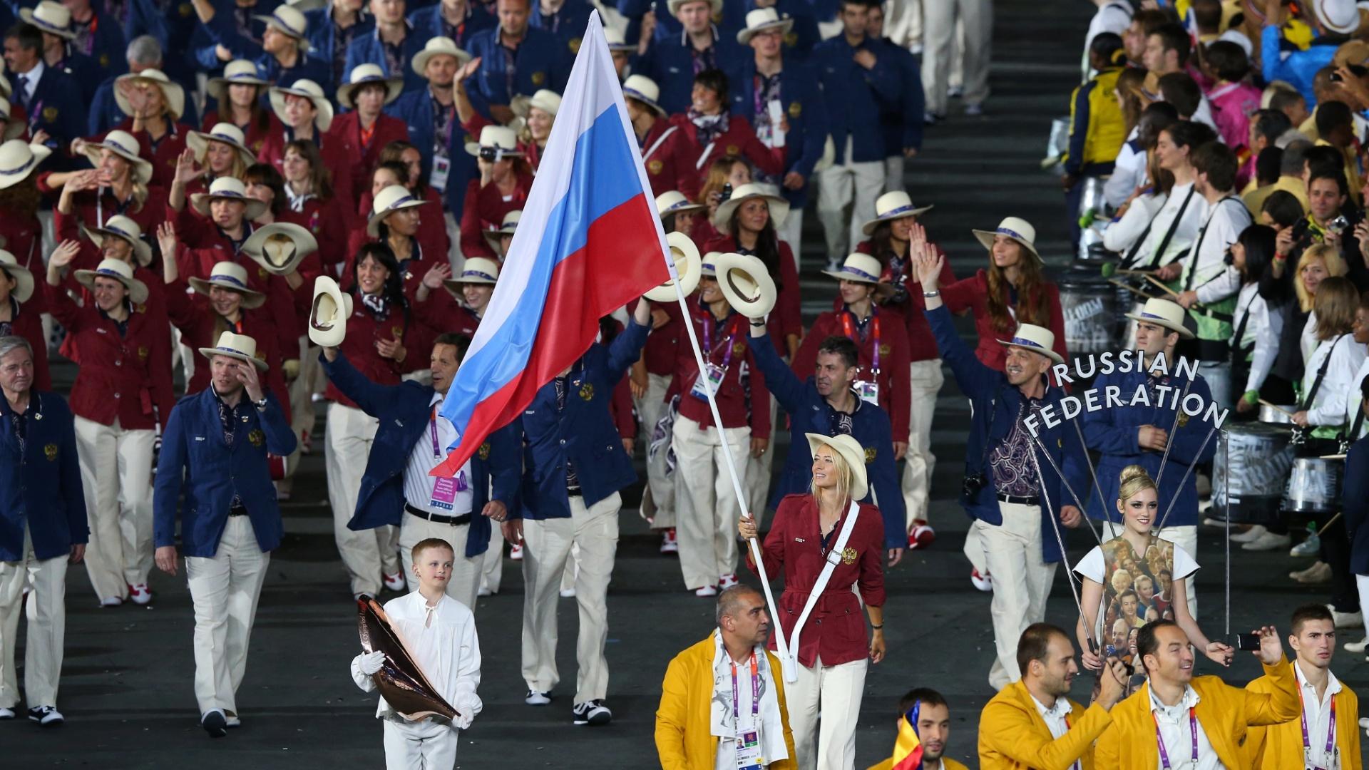 A tenista Maria Sharapova carrega a bandeira da Rússia durante a cerimônia de abertura dos Jogos Olímpicos de 2012