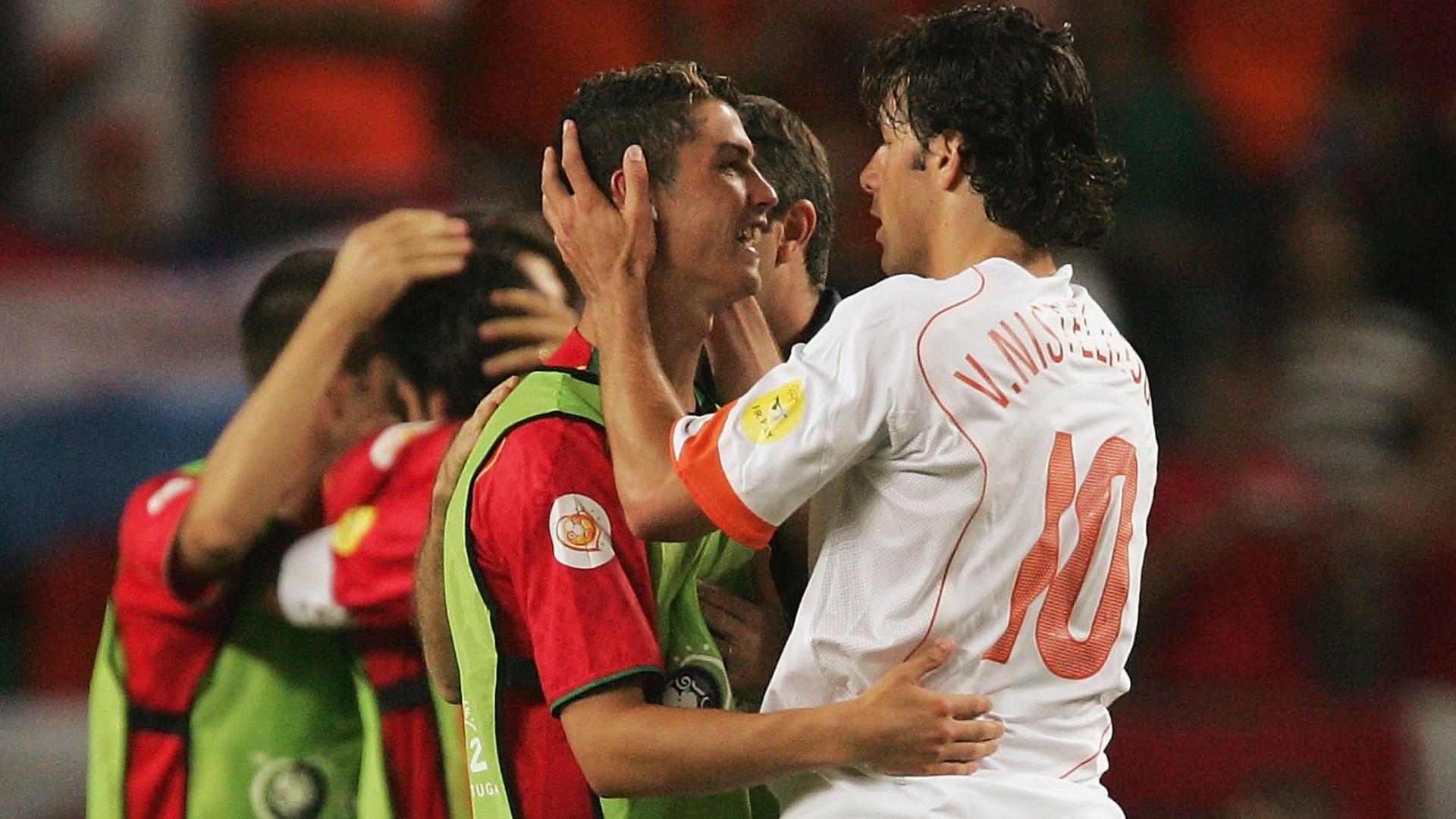 Cristiano Ronaldo é cumprimentado pelo holandês Ruud Van Nistelrooy após jogo entre Portugal e Holanda na Euro-2004