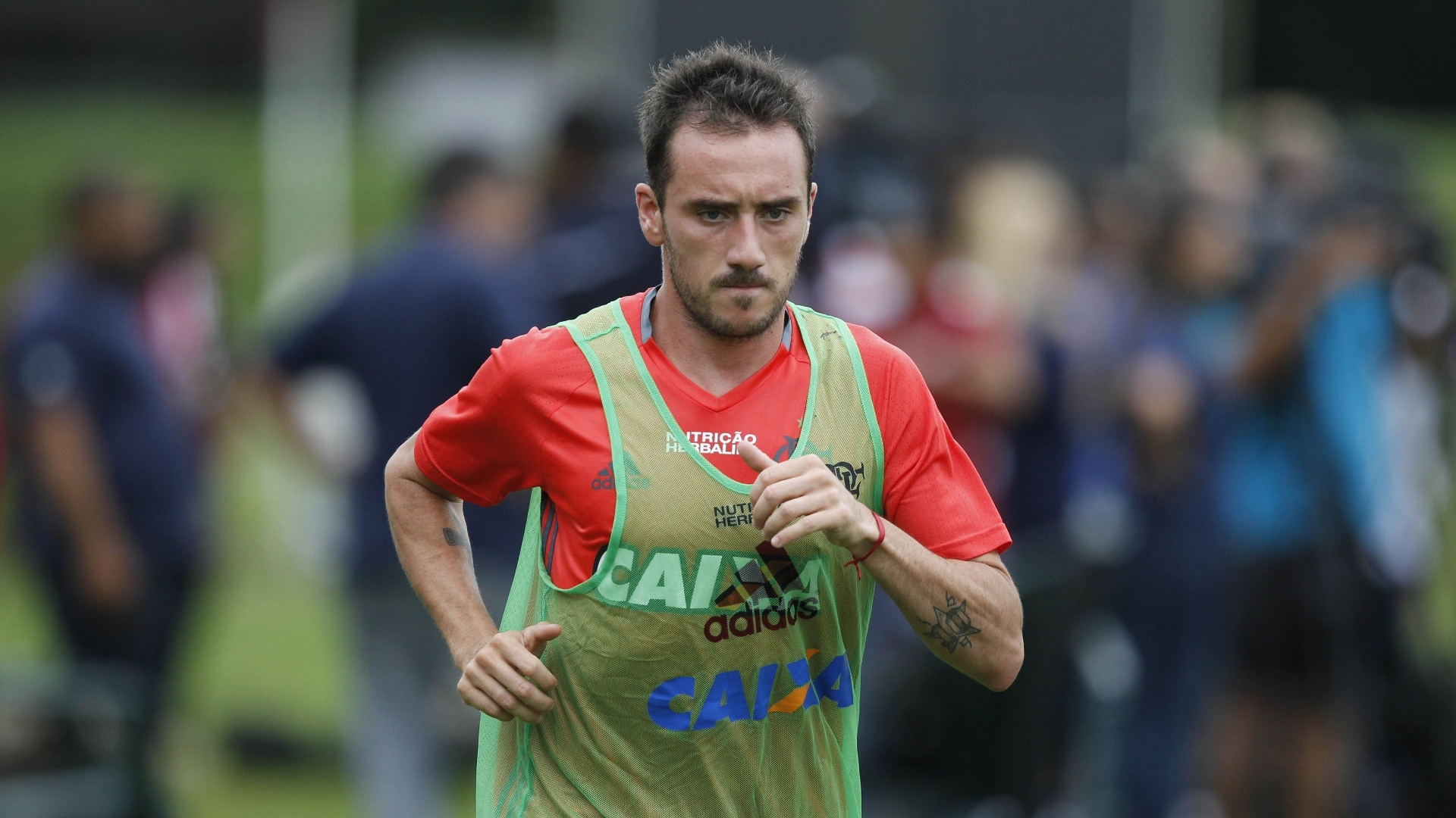 O meia argentino Frederico Mancuello corre durante treinamento do Flamengo