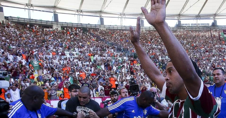 Ronaldinho agradece à torcida presente ao Maracanã antes do clássico Fluminense e Vasco