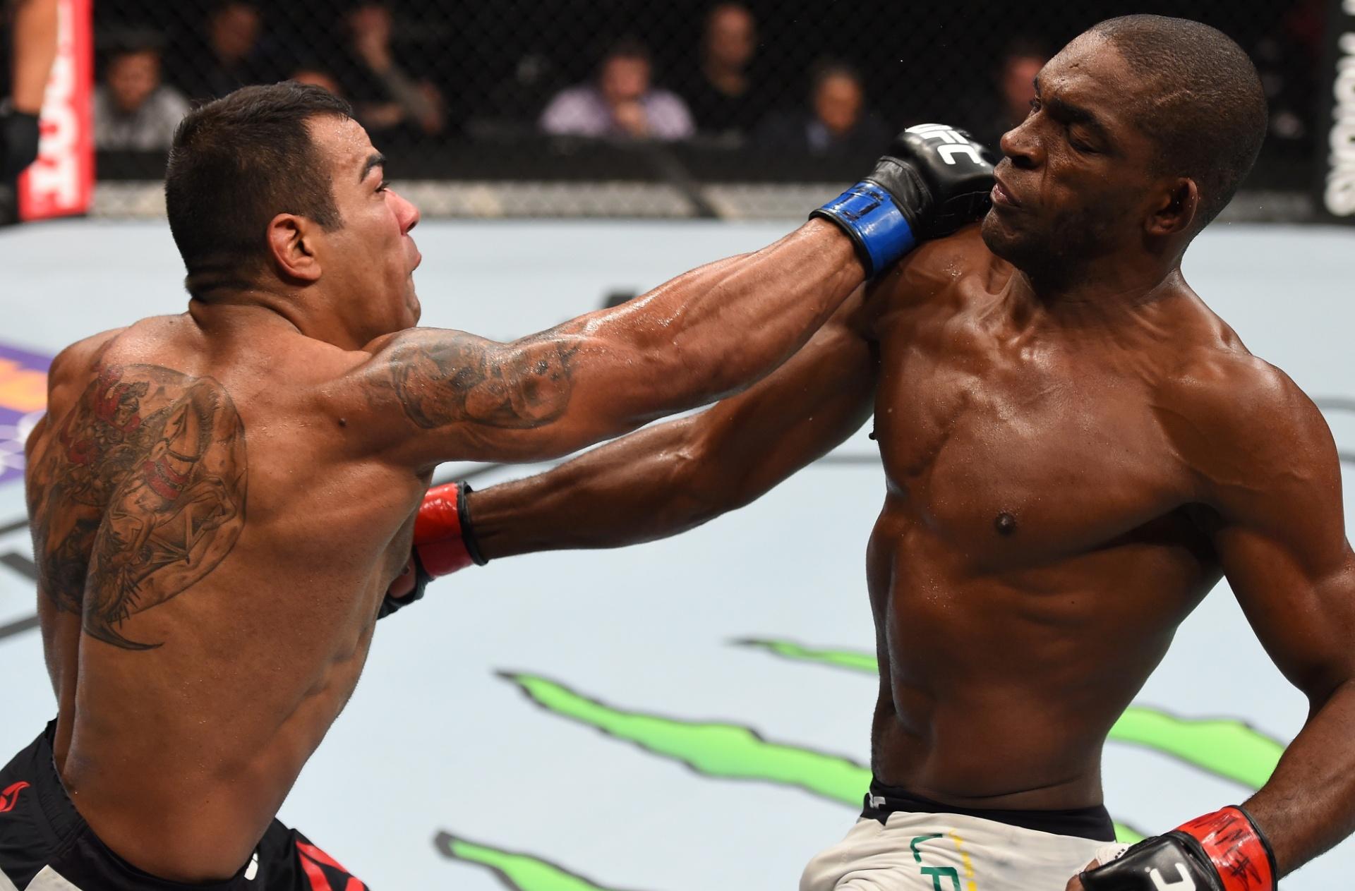 Michel Trator acerta soco em Valmir Bidu em luta pelo peso leve no UFC Fight Night disputado em Monterrey, no México