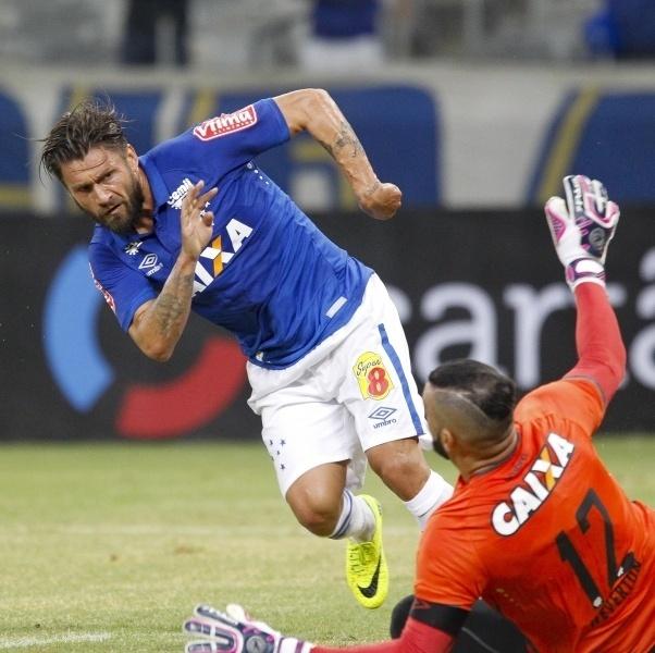 Rafael Sóbis tenta passar pelo goleiro Weverton na partida Cruzeiro x Atlético-PR