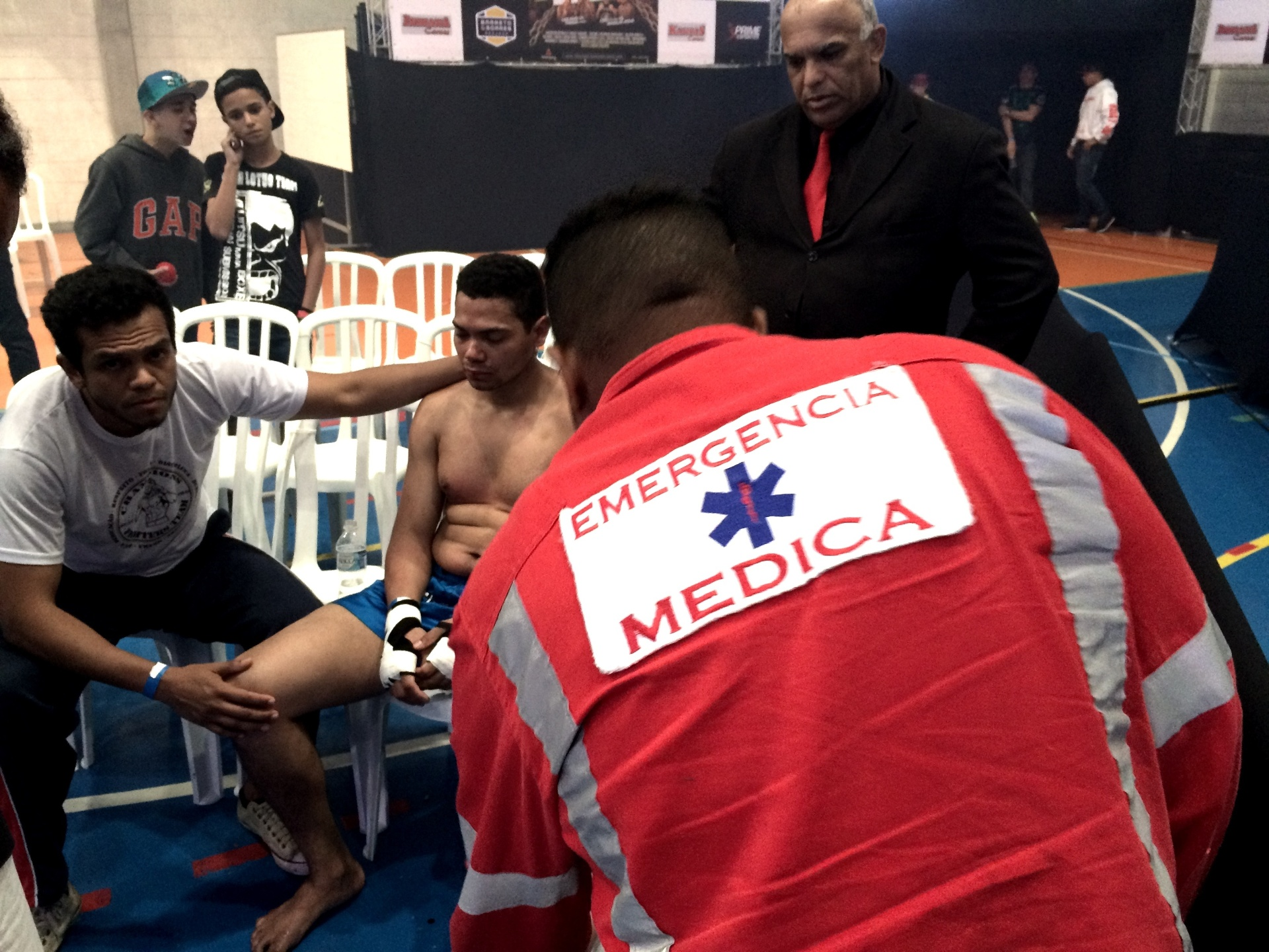 Socorrista atende um lutador que passou mal durante lua de MMA em São Paulo
