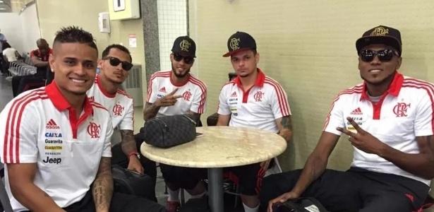 Everton (e), Alan Patrick, Paulinho, Pará e Cirino voltam a treinar com grupo do Fla