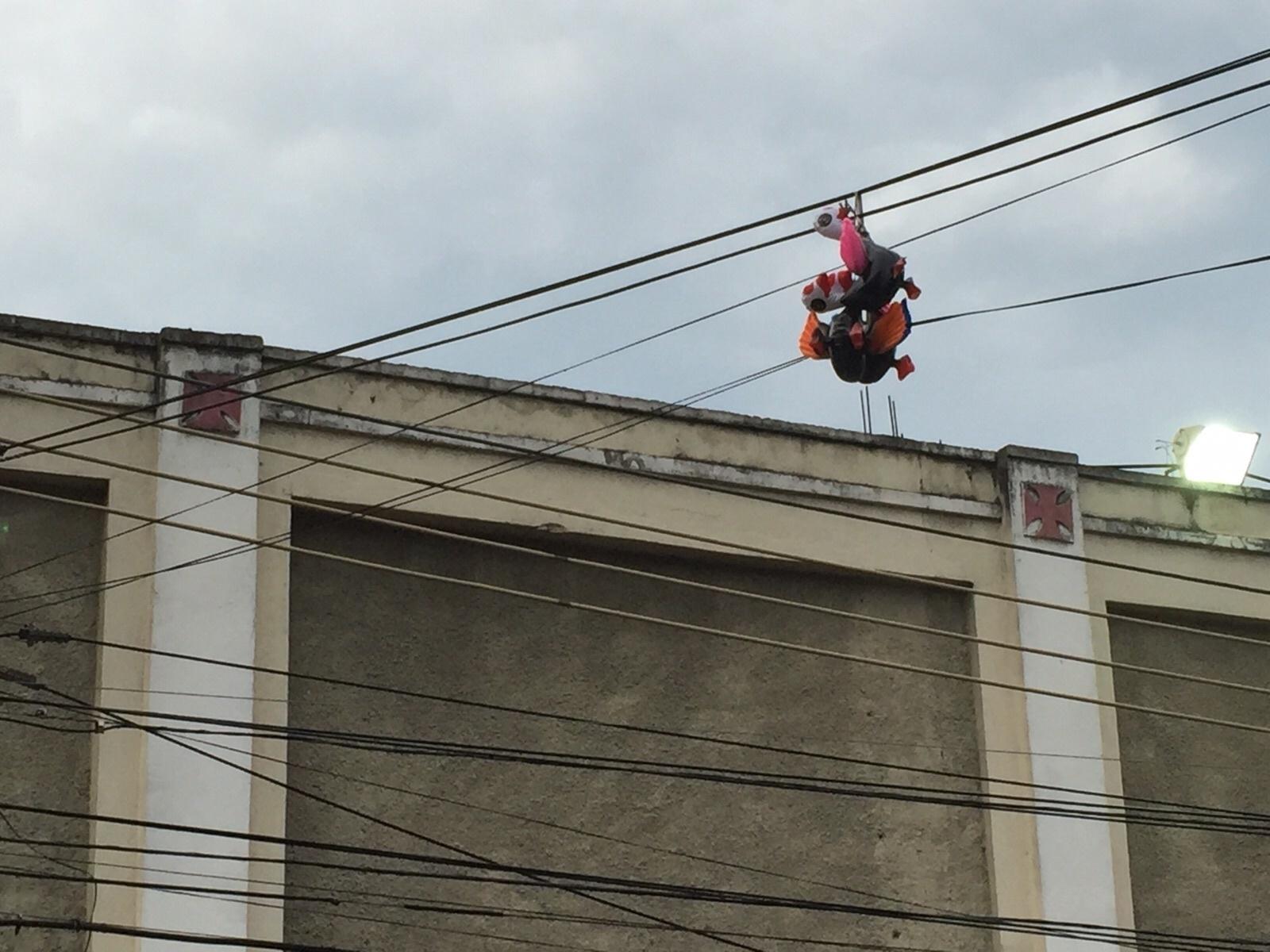 No destaque, uma das galinhas penduradas na fiação que passa em frente a São Januário. Milho também foi jogado no entorno da entrada de visitante do estádio.