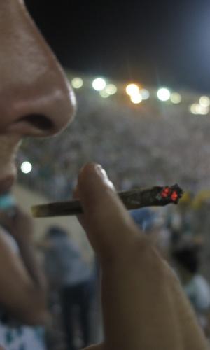 Torcedor do Palmeiras fuma maconha no Pacaembu