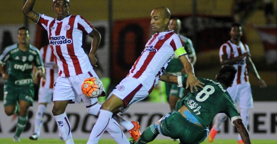 Lucas Barrios fica no chão após disputa de bola com Ángel Rodríguez, do River Plate-URU, na Libertadores