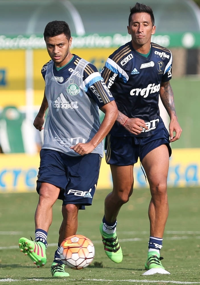 Cleiton Xavier e Barrios em lance ocorrido no treino do Palmeiras na Academia de Futebol