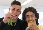 Valdívia recebe medalha de ouro olimpíca e fica 'poko feliz'
