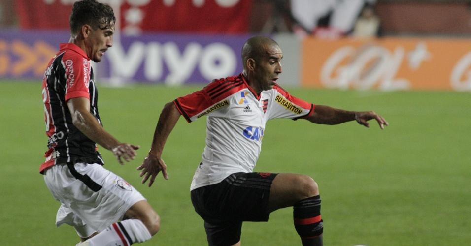 Emerson Sheik tenta a jogada durante a partida entre Joinville e Flamengo