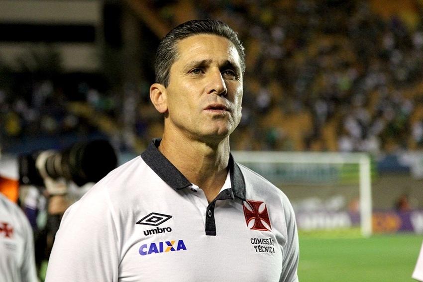 O técnico Jorginho acompanha o duelo entre Goiás e Vasco no Serra Dourada