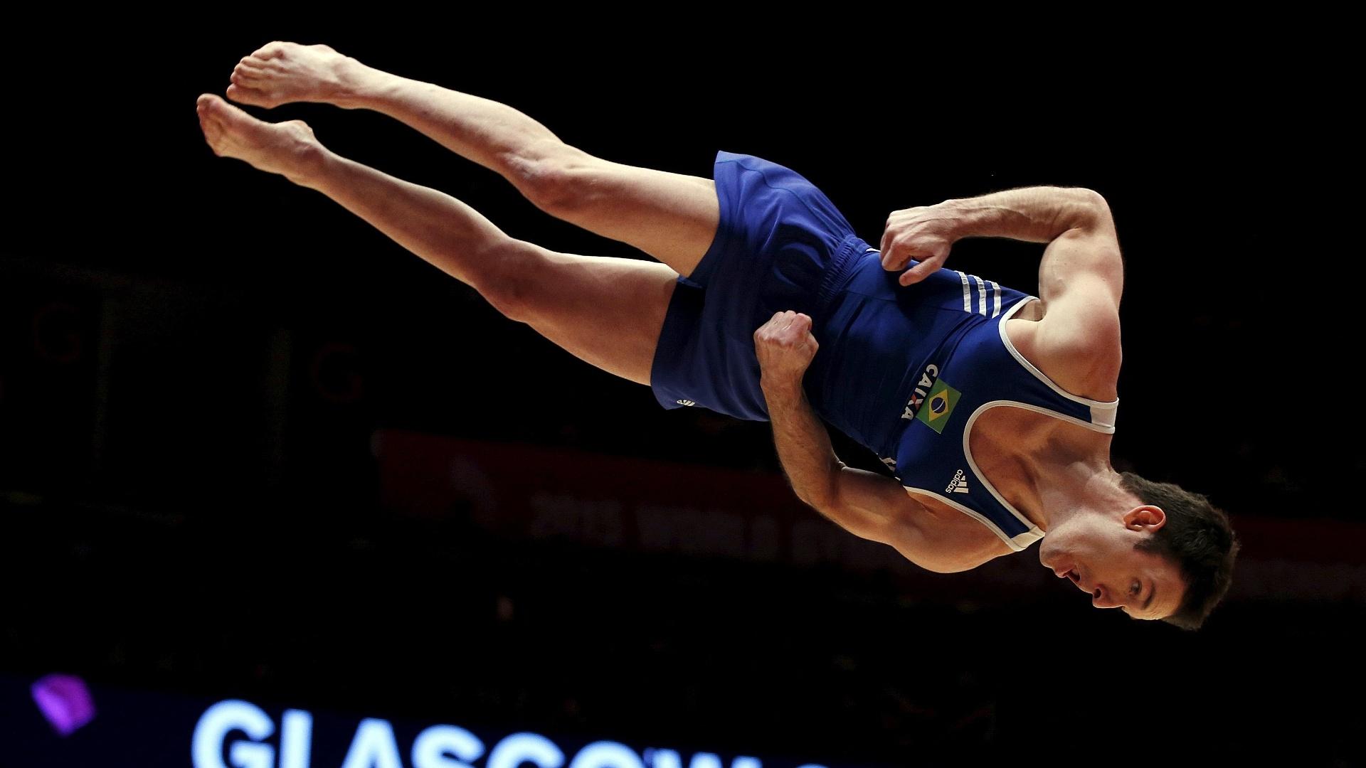 Diego Hypolito executa uma pirueta durante sua apresentação no solo, na final por equipes do Mundial de ginástica