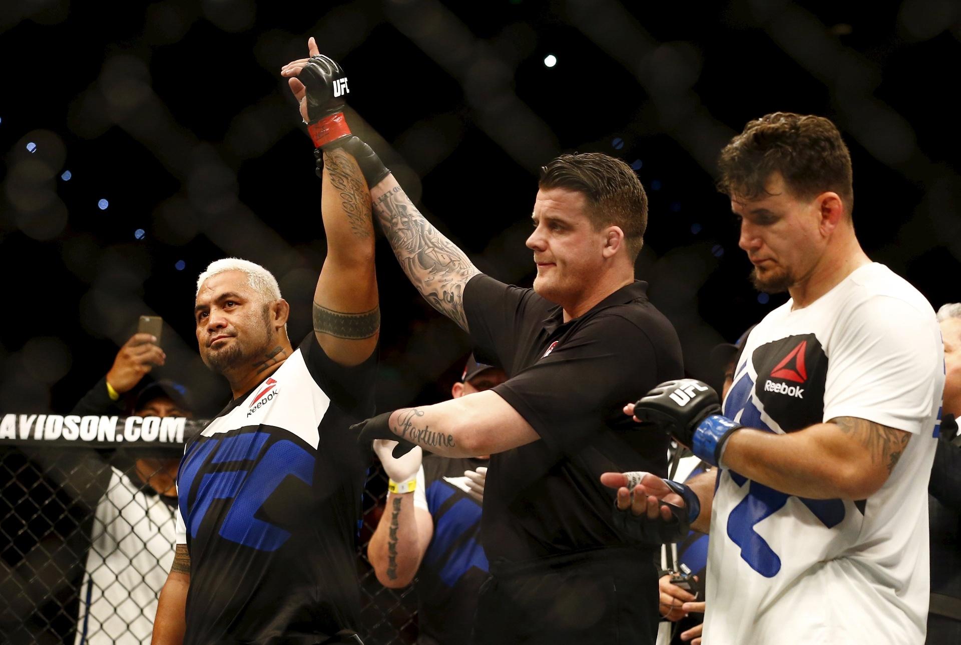 Mark Hunt venceu Frank Mir por nocaute no UFC Austrália