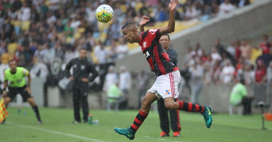 Jorge, lateral-esquerdo do Flamengo, em ação no empate por 0 a 0 com o Botafogo