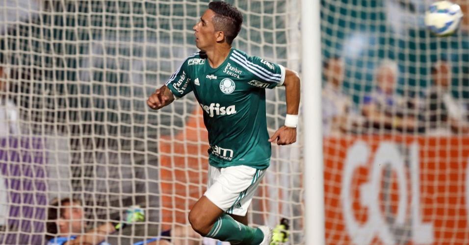 Lucas Barrios marca o segundo gol do Palmeiras contra o Grêmio