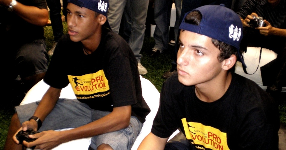 Neymar e Jean Chera jogam videogame em evento de marketing
