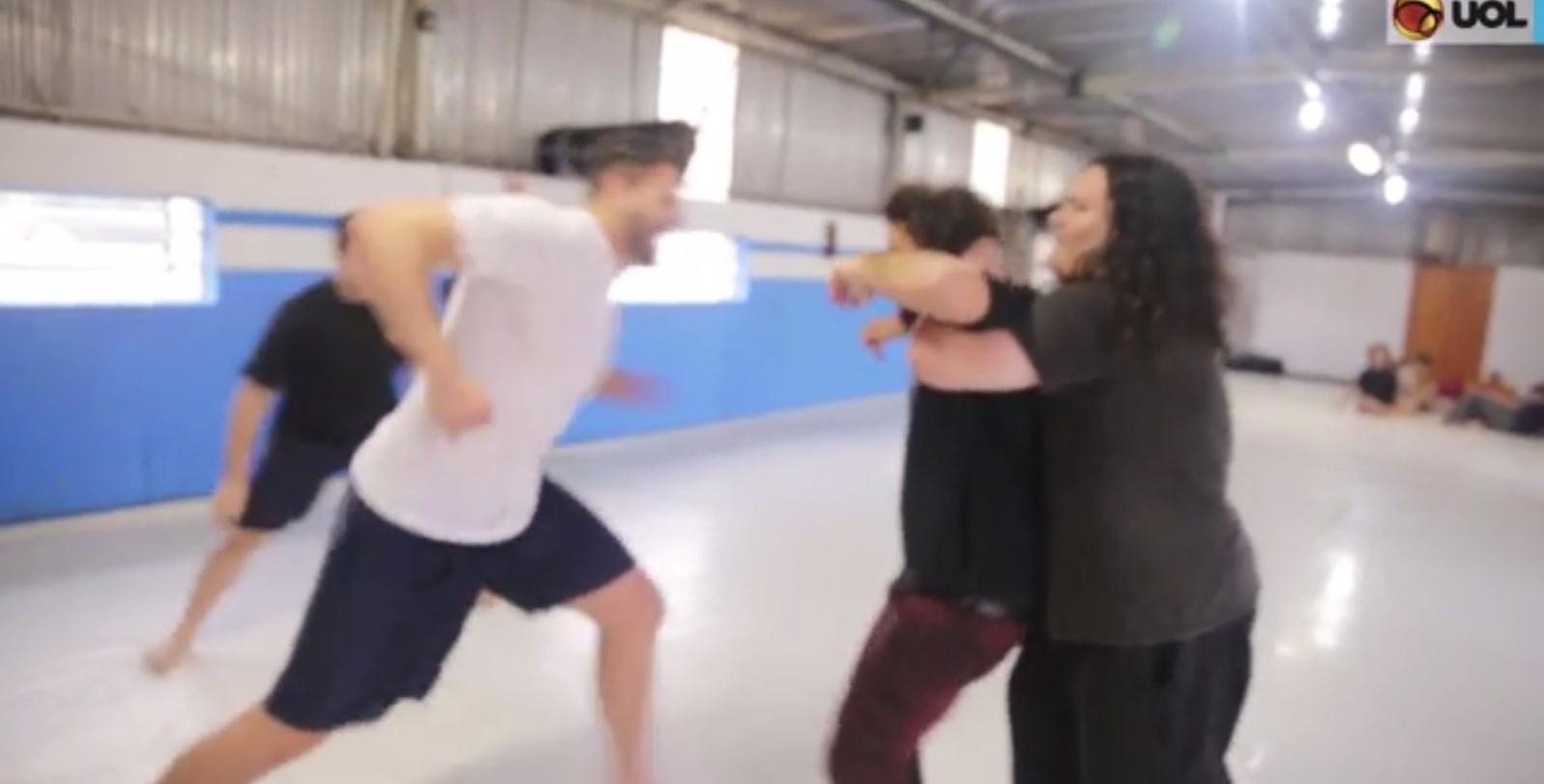 Repórter bate e apanha em escola de luta livre