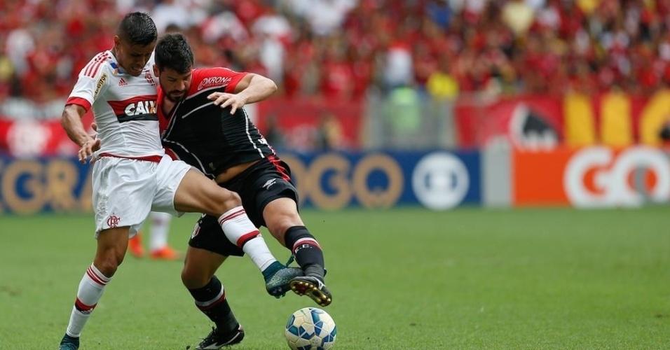 Everton, do Flamengo, briga por espaço com defensor do Joinville durante jogo no Maracanã